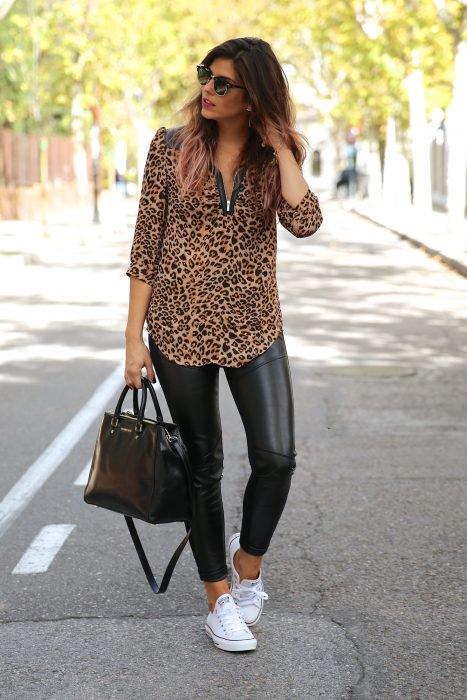 Chica con blusa de estampado animal print