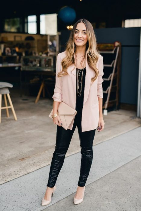 Chica con leggin negro, blazer rosa palo, con tacones y bolso del mismo color