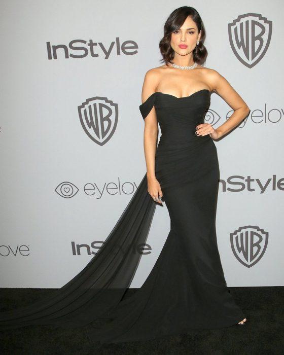 La actriz Eiza González luciendo un vestido de Romona Kevez en la alfombra roja de los Golden Globe 2018