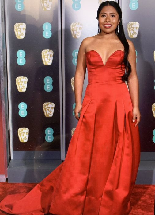 La actriz Yalitza Aparicio luciendo un vestido de Alberta Ferretti en la alfombra roja de los BAFTA Awards 2019