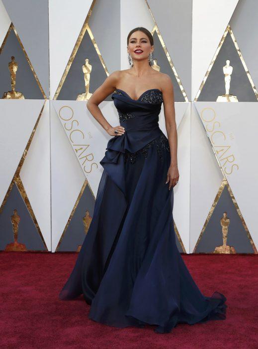 La actriz Sofía Vergara luciendo un vestido de Marchesa en la alfombra roja de los Óscares 2016