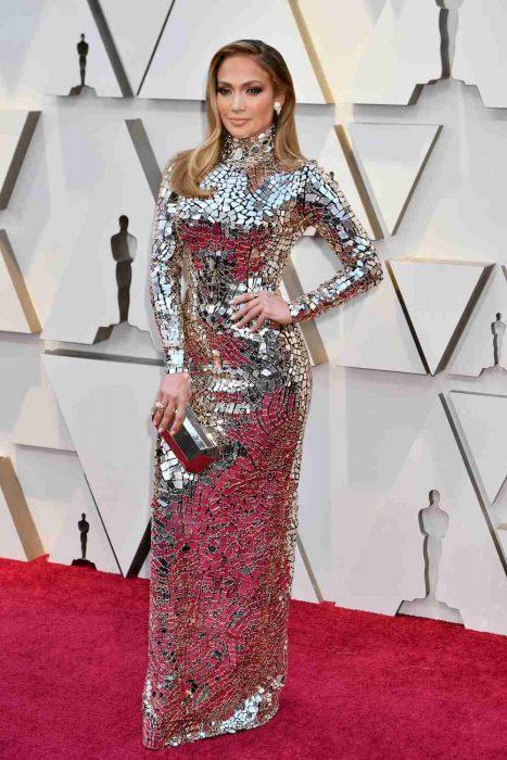 La actriz y cantante Jennifer Lopez luciendo un vestido de Tom Ford en la alfombra roja de los Óscares 2019