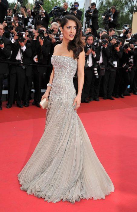 La actriz Salma Hayek luciendo un vestido de Gucci en la alfombra roja de Cannes 2011