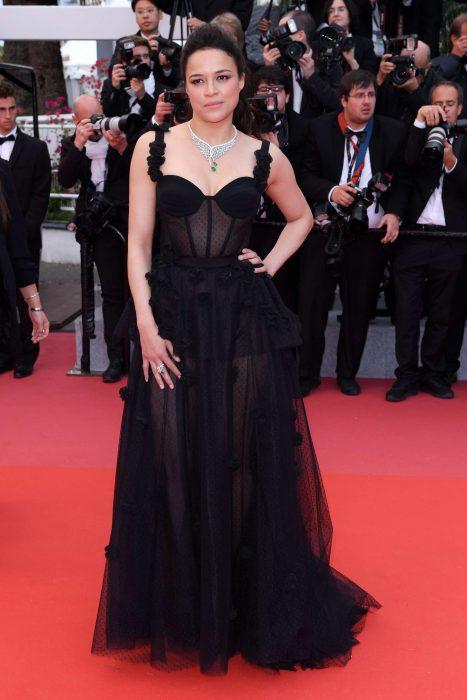 La actriz Michelle Rodríguez luciendo un vestido de Ulyana Sergeenko en la alfombra roja de Cannes 2018