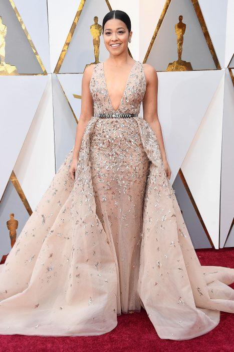La actriz Gina Rodríguez luciendo un vestido de Zuhair Murad en la alfombra roja de los Oscars 2018