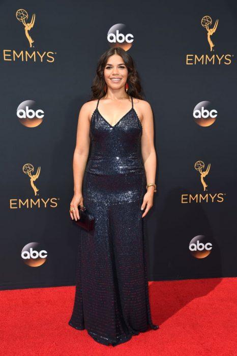 La actriz America Ferrera luciendo un vestido de Jenny Packman en la alfombra roja de los Emmys 2016