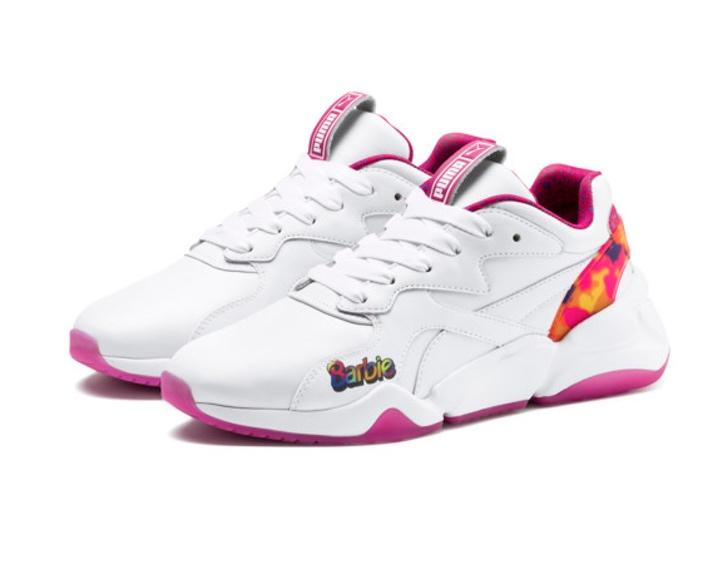 Tenis blancos con toques de rosa fusia de la nueva colección Puma x Barbie