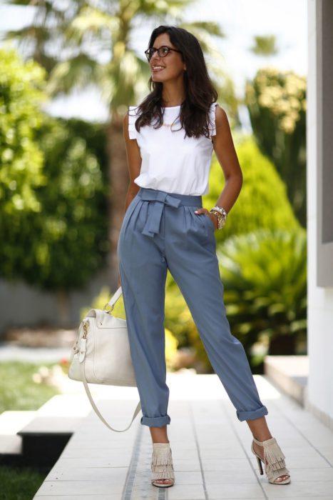 Chica usando unos pantalones de color azul estilo plegged