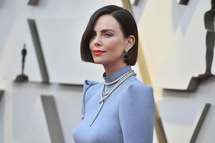 Peinados y looks que los Óscar 2019, Charlize Theron, corte bob con vestido azul
