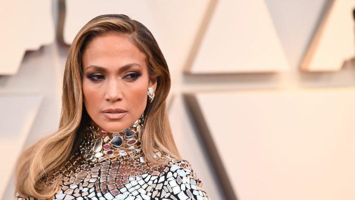 Peinados y looks que los Óscar 2019, Jennifer Lopez con peinado ondulado y vestido plateado de espejos