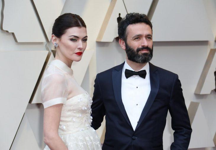 Peinados y looks que los Óscar 2019, Marta Nieto con cabello recogido en coleta con vestido blanco con transparencias