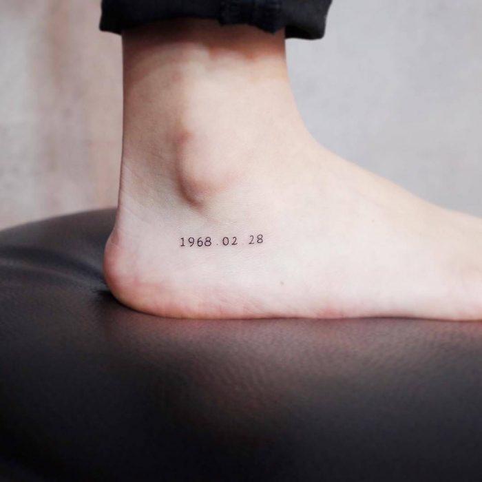 Tatuaje pequeño en el pie de una fecha