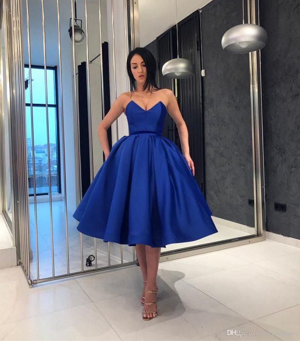 Mujer de cabello negro con vestido de fiesta corto color azul royal sin mangas