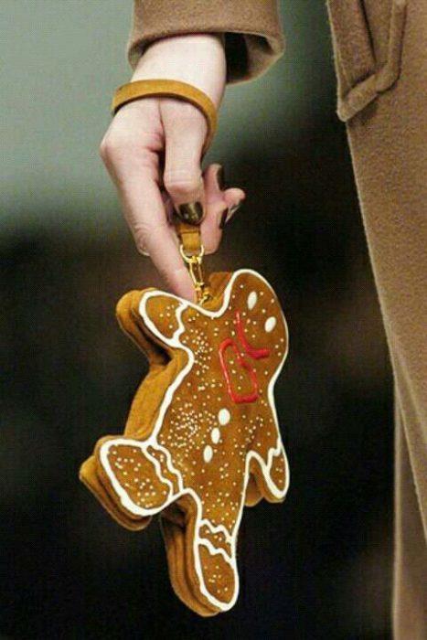 Chica sujetando una bolsa en forma de galleta de gengibre