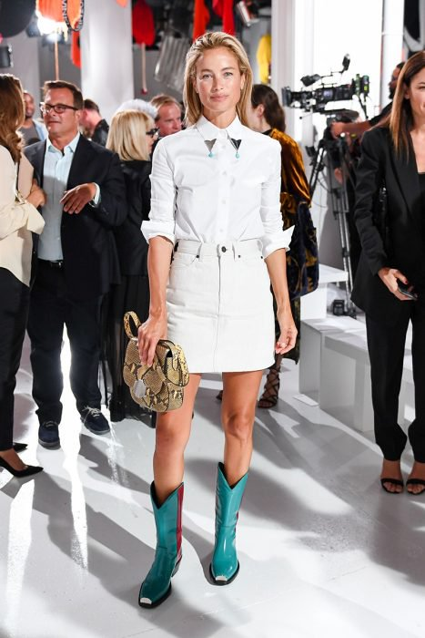 Chica usando un outfit de botas vaqueras en color azul con un atuendo blanco