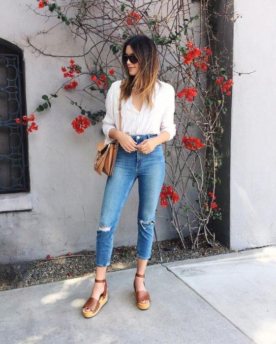 Chica usando una blusa blanca básica, jeans y alpargatas