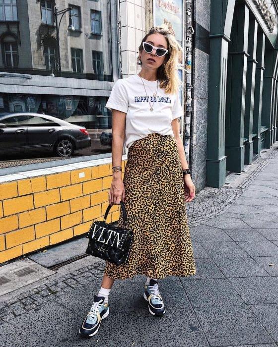 Chica usando una falda animal print y una blusa de color blanco