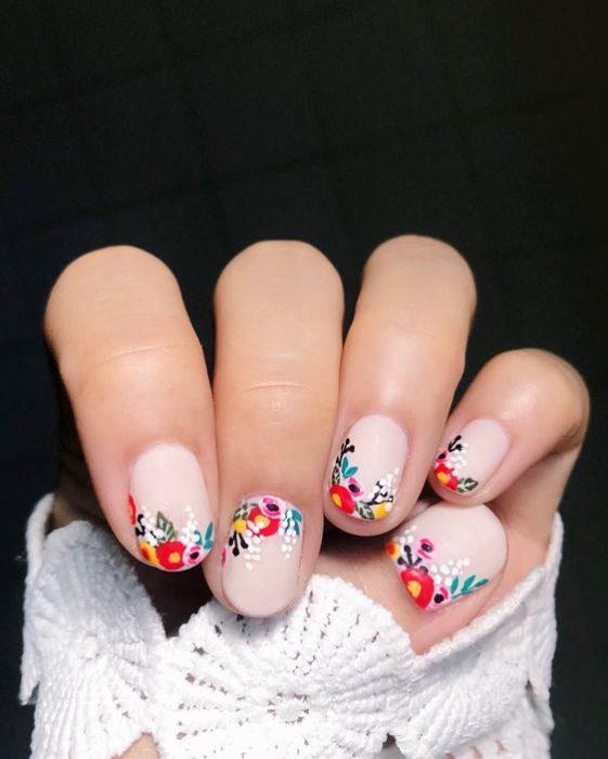Uñas en tono pastel decoradas con flores de efecto bordado
