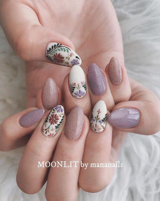 Uñas decoradas con efecto bordado de flores de colores