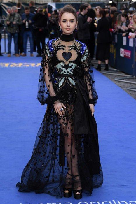 Lily Collins usando un vestido Eli Sab de color negro con transparencias y estampados bordados de colores azules