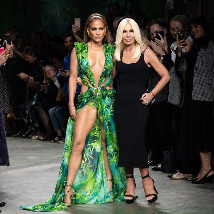 Jennifer lopez abrazando a Donatella Versace en el cierre de la pasarela en Milán