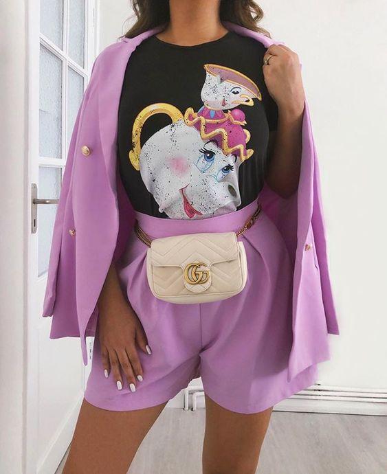 Chica modelando traje color violeta con blusa estampada de La Bella y la Bestia