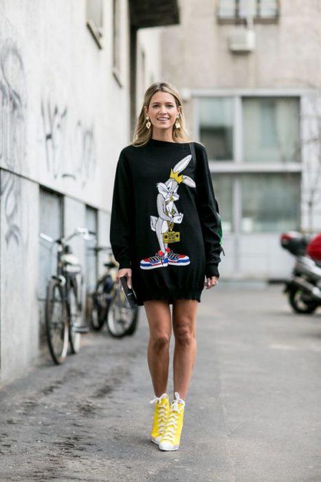 Chica modelando una sudadra larga con estampado de Bugs Bunny