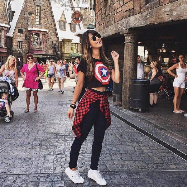 Chica paseando en Disney World, mostrando su outfit casual con playera de Capitán América