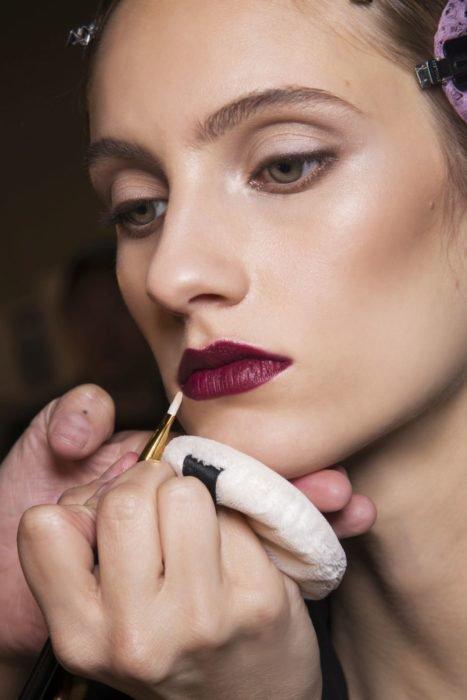 Modelo con labios color guinda