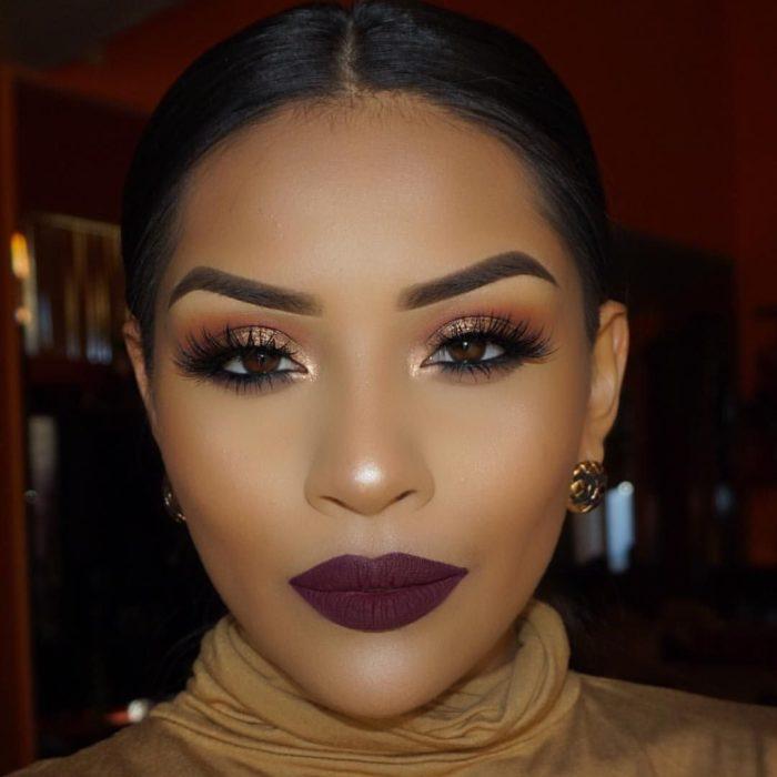 Mujer con labios en color vino