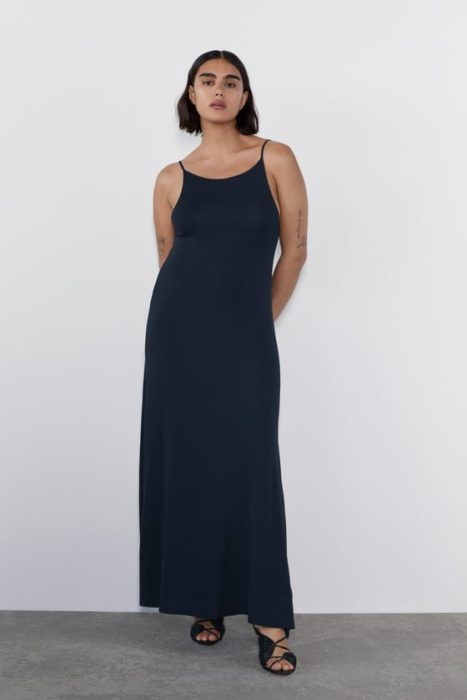 Jill Kortleve modelando un vestido negro largo para Zara