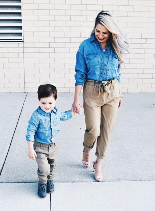 Madre e hijo con outfits iguales en pantalones beige, camisas azules y zapatos beige