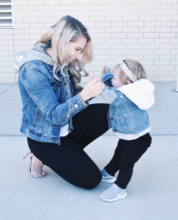 Madre e hija con jenas oscuros, chaqueta de mezclilla y sudadera gris claro