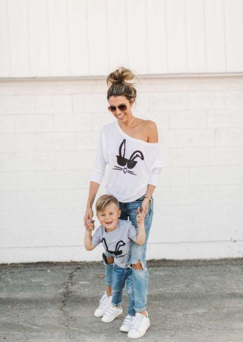 Madre e hijo usando camisas con estampados de conejo y pantalones de mezclilla
