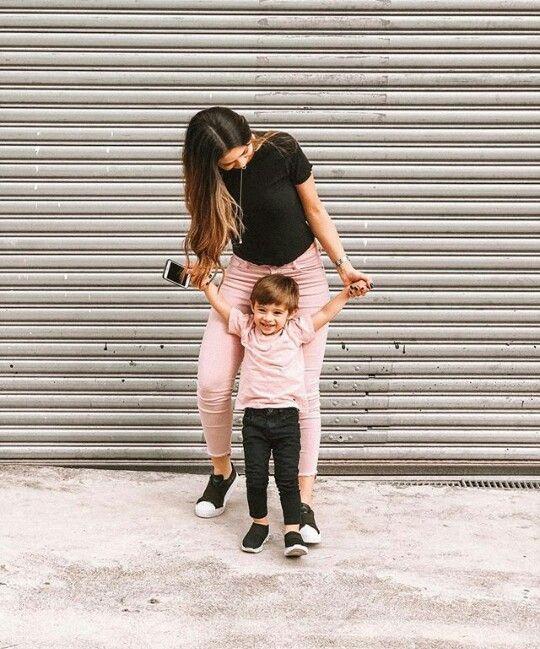 Madre e hijo llevando ropa similar con pantalones en tono rosa y negro, con blusas en contraste