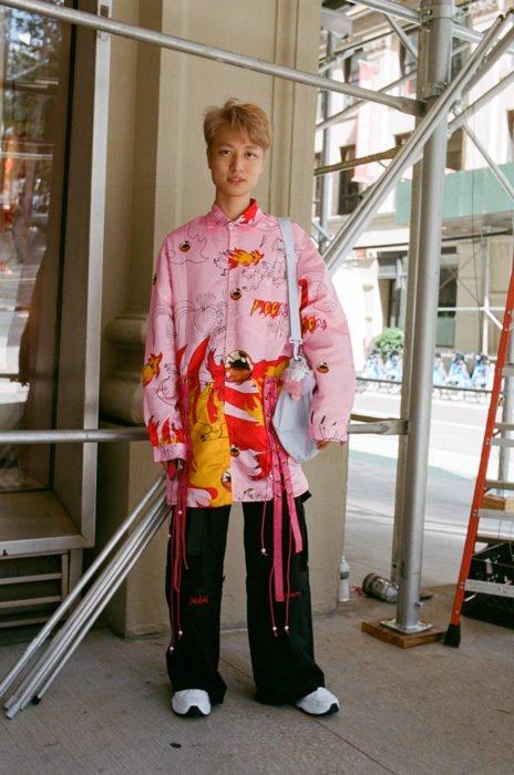 Estudiantes de Parsons y New School muestran sus atuendos para su primer día de clases; chico asiático con kimono rosa