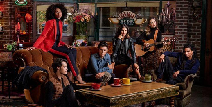 Foto de la colección Ralph Lauren x Friends en una recreación del Central Perk