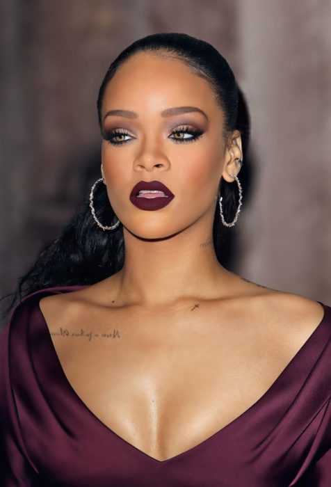 Rihanna con labial color vino