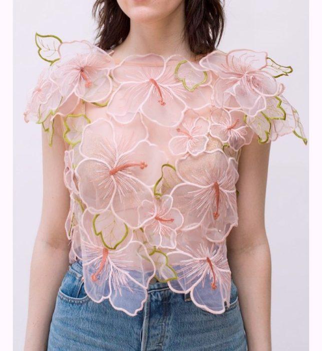 Ropa femenina de Lirika Matoshi; blusa semitransparente con patrones de flores
