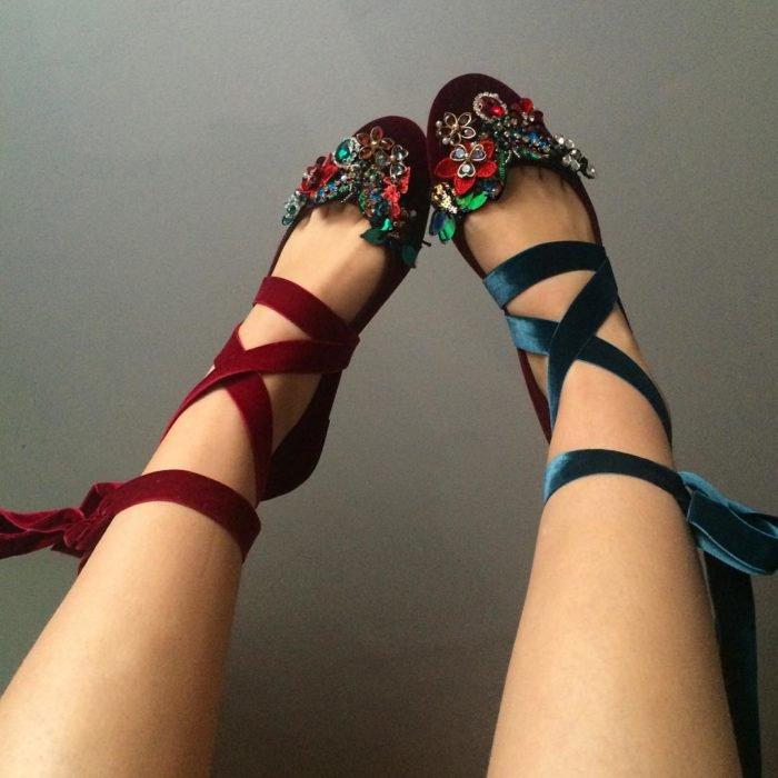 Ropa femenina de Lirika Matoshi; zapatos tipo bailarina adornados con pedrería