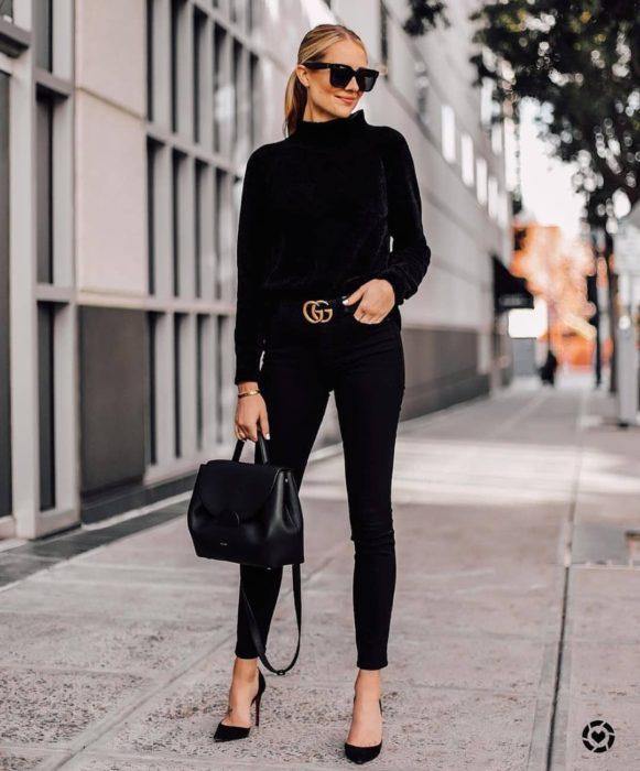 Chica usando un atuendo de color negro