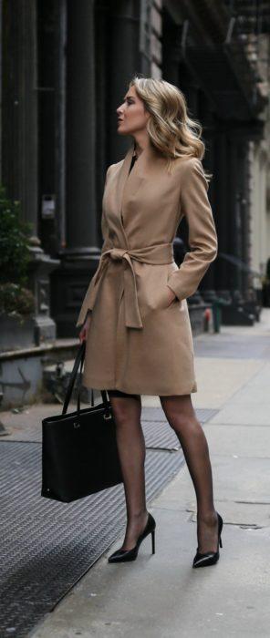 Chica usando una gabardina de color camel