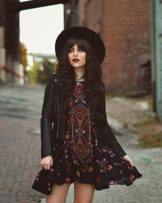 Ropa estilo boho o hippie chic; chica dark con vestido, sombrero y chamarra de cuero negro