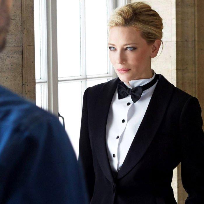 Famosas con traje; Cate Blanchett con tuxedo, saco y moño negro, y camisa blanca con peinado de cola de caballo sencillo