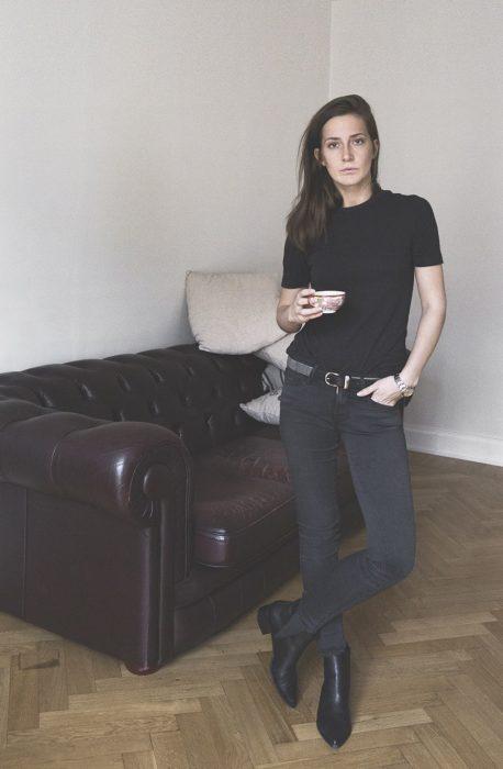 Looks tomboys; mujer con atuendo masculino, playera básica negra, pantalón negro de mezclilla y botines