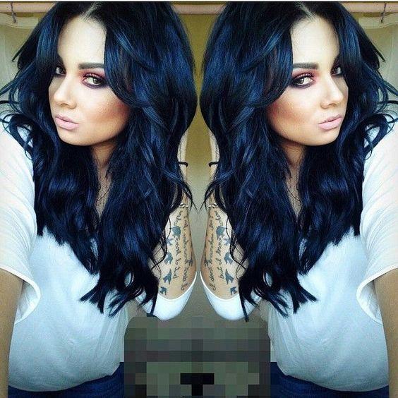 una foto espejeada de una mujer con el cabello negro con reflejos azul oscuro