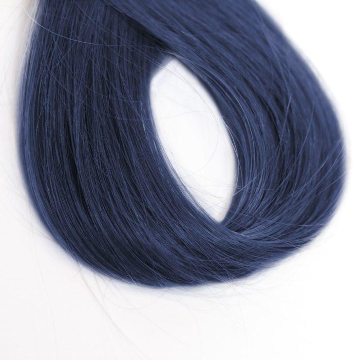 un mechón de cabello pintado de negro azulado