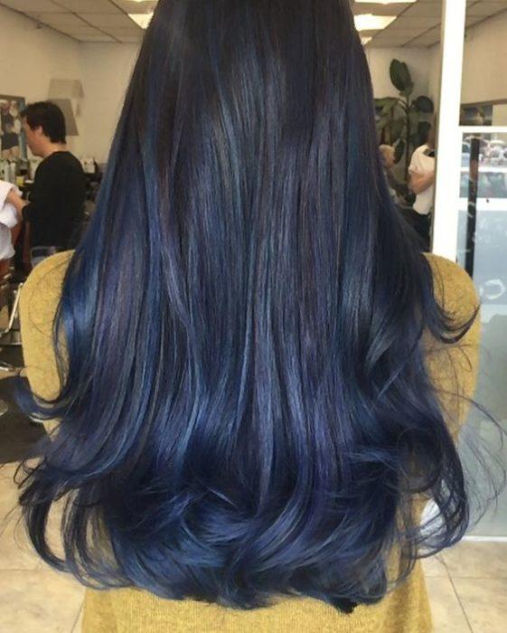 Cabello largo con unas pocas mechas azul oscuras