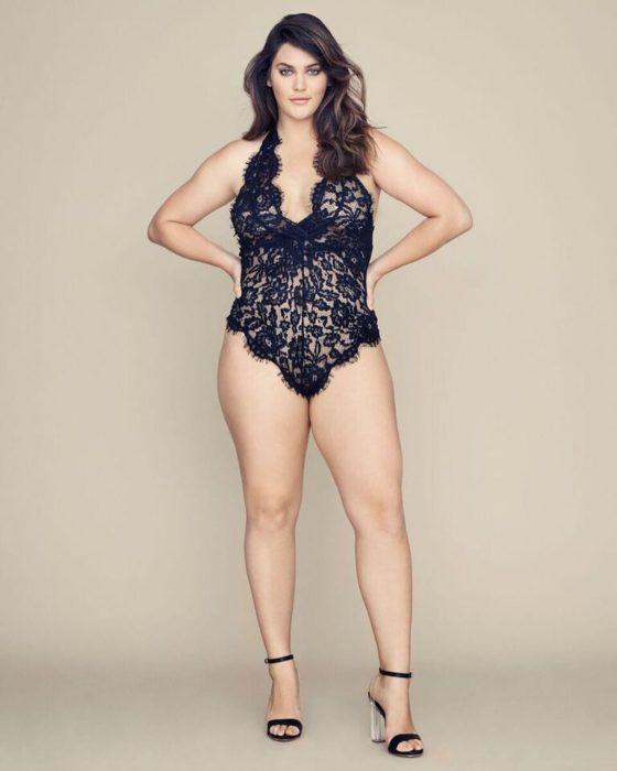 Ali tate Cutler nueva modelo plus size de Victoria's Secret usando un body de encaje en color negro