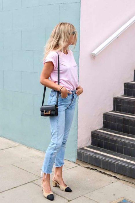 Chica usando unos jeans y blusa de color rosa